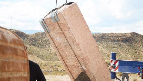 9GAG enterra pedra gigante cheia de memes no deserto
